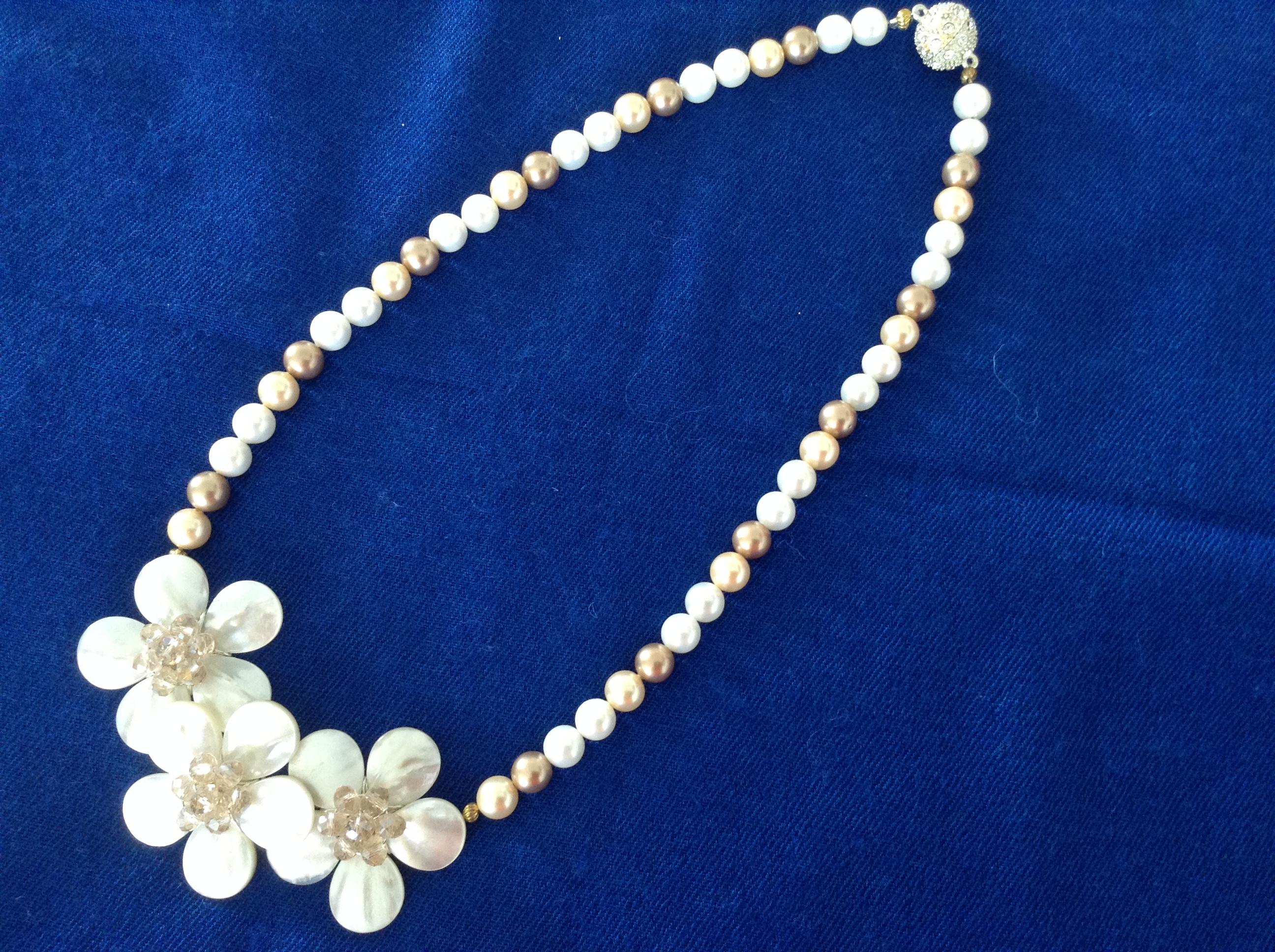 Halsband av pärlemor med blommor