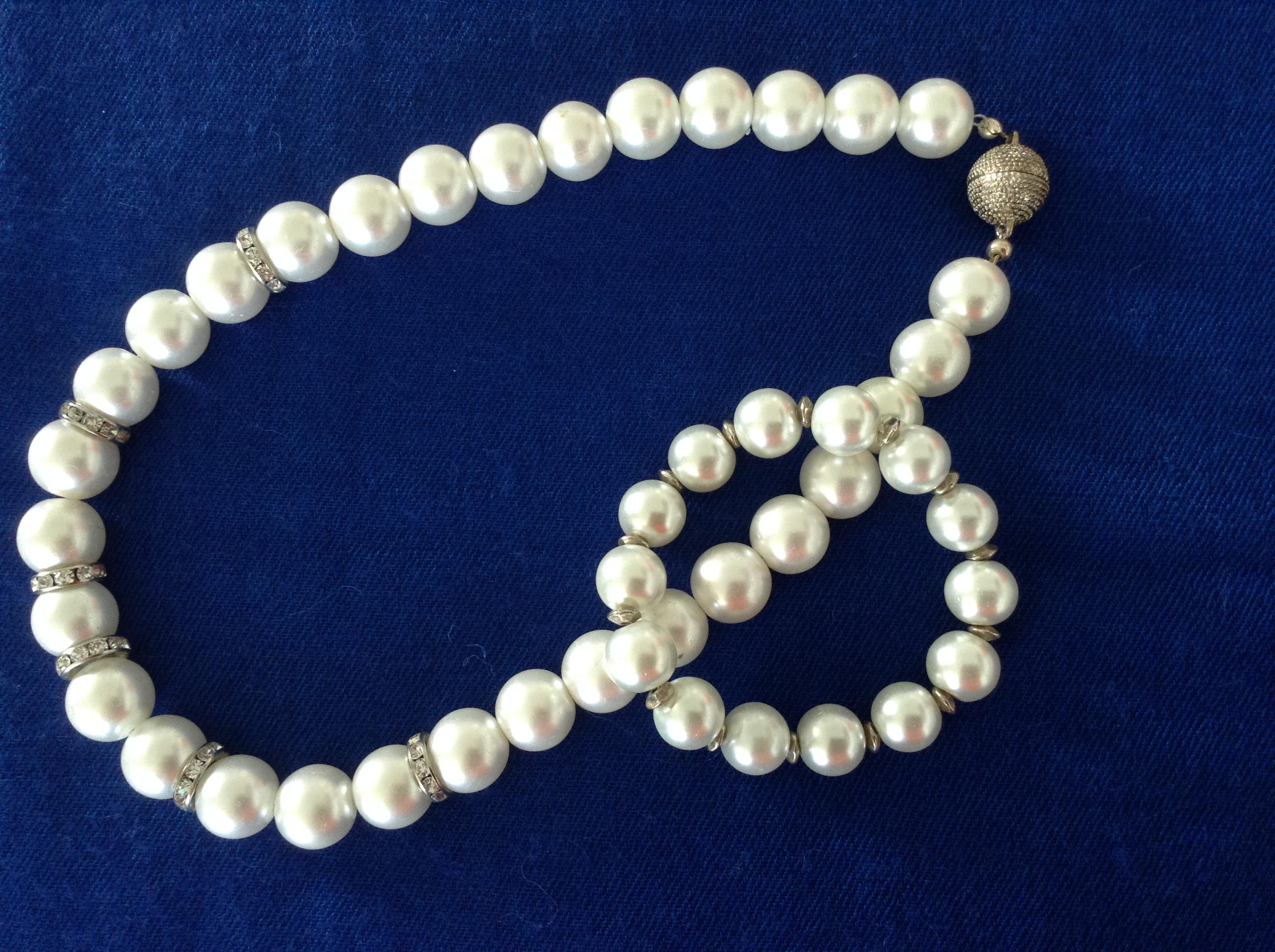 Halsband och armband av glaspärlor