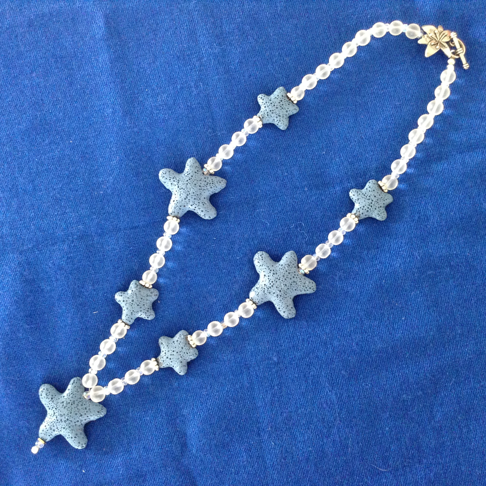 Halsband med kristall och lavasten